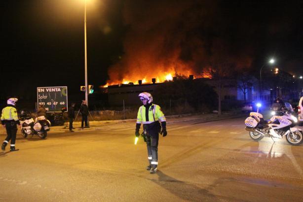 Ein Übergreifen der Flammen auf die Nachbargebäude konnte verhindert werden.