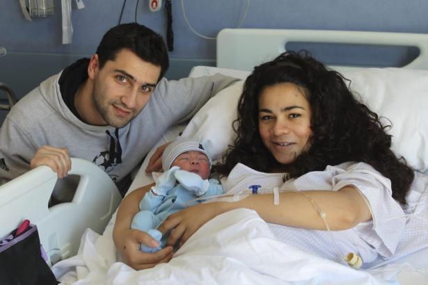 Der kleine Miguel aus Inca – mit Eltern Miguel und Johana – ist eines von rund zwölf Babys, die am 29. Februrar auf Mallorca geb