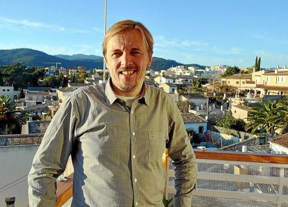 Steffen Müller (42) auf seinem Balkon mit Blick auf Son Rapinya und Son Vida