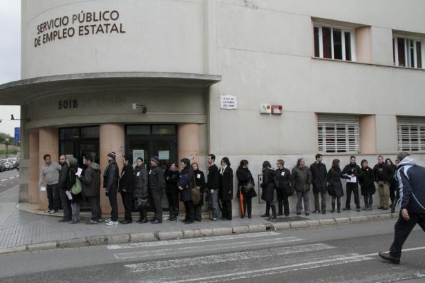 Die lange Schlange vor dem Arbeitsamt in Palma ist längst ein alltägliches Bild.