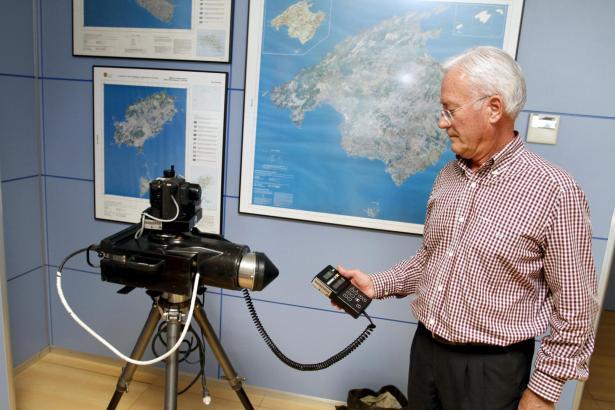 Ein Mitarbeiter der Verkehrsbehörde bei der Präsentation der neuen Blitzgeräte am Mittwoch.