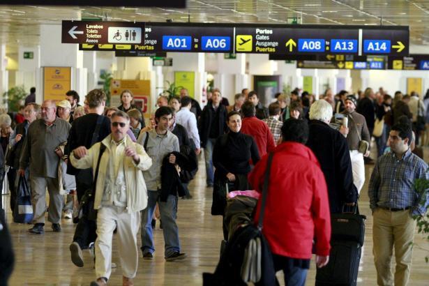 Urlauber am Flughafen Son Sant Joan. Der Tourismus soll die Balearen-Wirtschaft auch in diesem Jahr pushen.