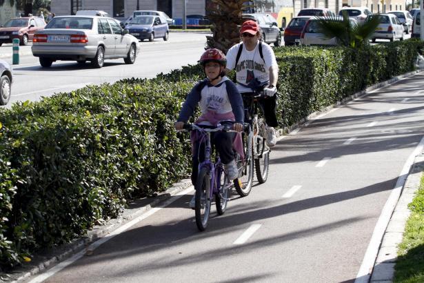 Radfahrer bis zu 12 Jahren in Begleitung von Erwachsenen dürfen auf Fußgängerwegen fahren.