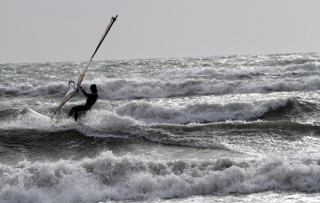 Die Surfer freuen sich über Wind und Wellen. Noch bis Samstag soll es stürmisch bleiben.