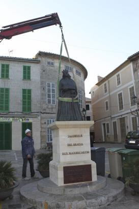 Mitarbeiter des Rathauses in Sineu entfernen die umstrittene Skulptur.