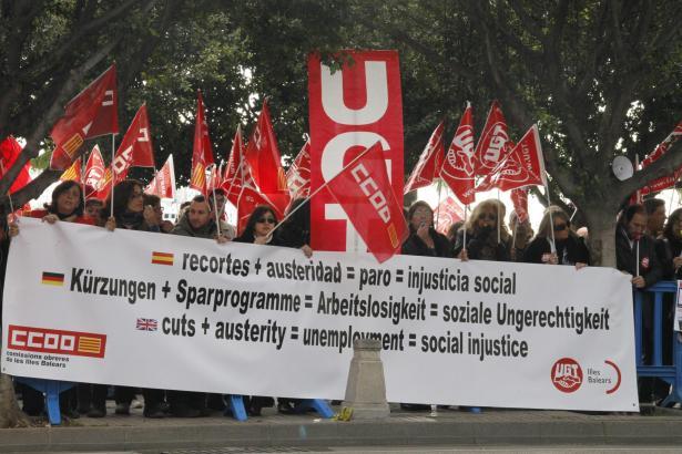 Am Donnerstag demonstrierten rund 150 Personen in Palma gegen die Arbeitsmarktreform. Auf einem Transparent waren die Forderunge