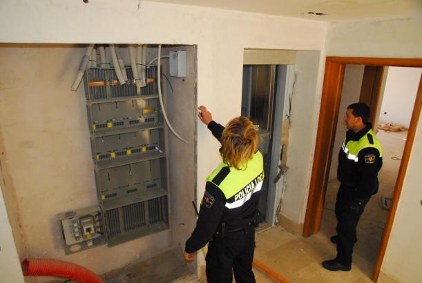Polizeibeamte untersuchen die Schäden an den Wohnungen.
