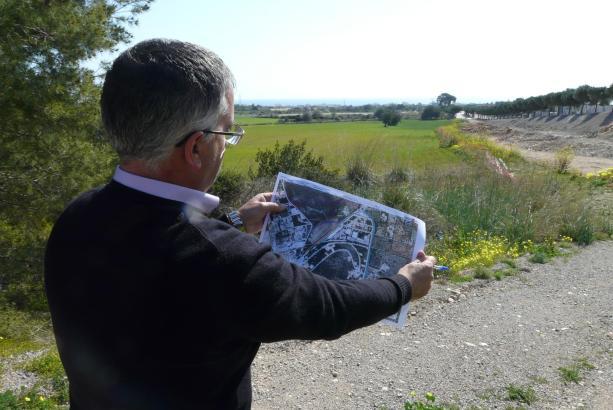 Son Serveras Bürgermeister Josep Barrientos erklärt das Bauvorhaben.