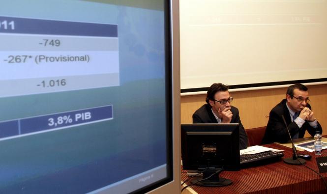 Wirtschaftsminister Josep Ignasi Aguiló (rechts) während der Pressekonferenz.