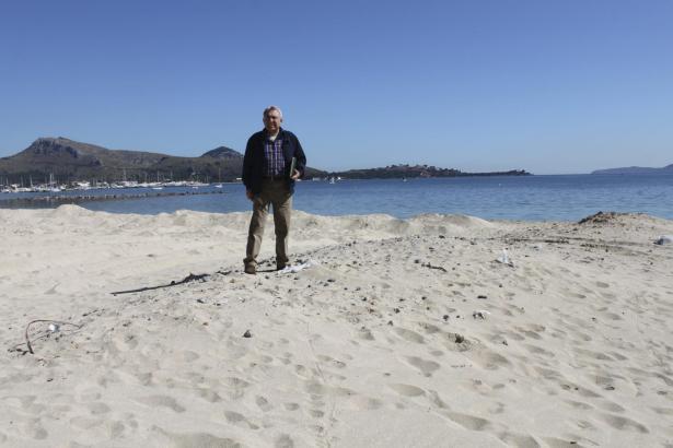 Lokalpolitiker Nadal Moragues beklagt den Zustand der Strände in Port de Pollença.