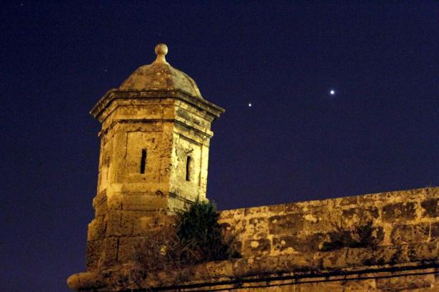 Jupiter und Venus über Palmas Stadtmauer.