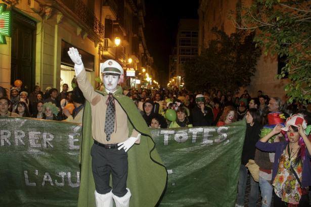 Einer der Demonstranten war mit deutscher Polizeimütze und Hitlerbärtchen verkleidet.