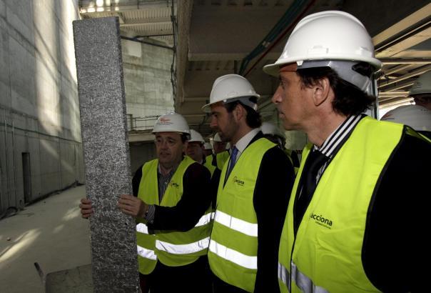 Architekt Patxi Mangado mit José Ramón Bauzá und Mateo Isern (v.l.) auf der Baustelle.