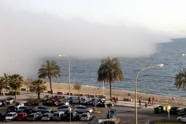 Die Nebelwand schiebt sich über das Meer.