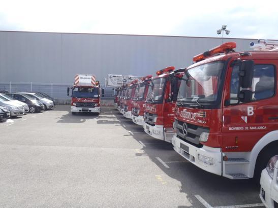 Neun nagelneue Feuerwehrautos der Marke Mercedes, derzeit abgestellt auf einem Gelände bei Santa Maria.