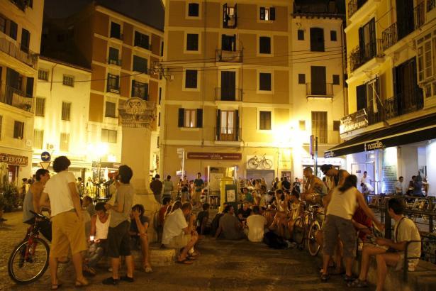 """Dienstags und Mittwochs lockt das Sa-Gerreria-Viertel in Palma viele Besucher zur sogenannten """"Ruta Marciana"""" in die Bars und Ta"""