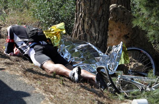 Verzweifelt liegt der Ehemann neben dem abgedeckten Leichnam seiner Frau.