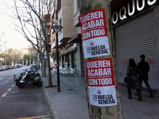 """""""Sie wollen mit Allem Schluss machen"""", steht auf dem Plakat zum Streikaufruf. Gemeint sind die Rechte der Arbeitnehmer sowie ges"""