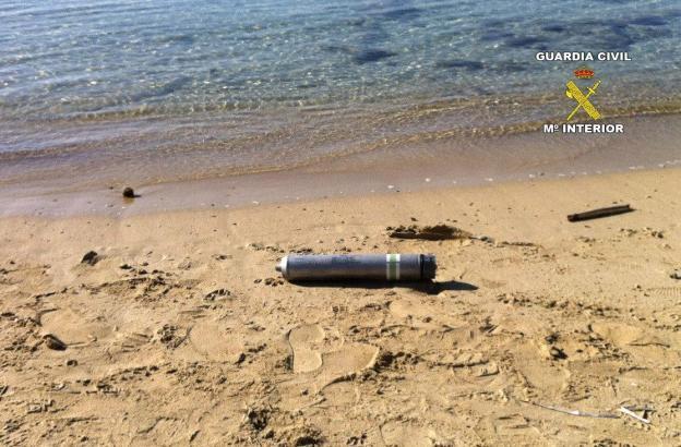 Gefährliches Strandgut: Leuchtrakete am Strand von Es Trenc.