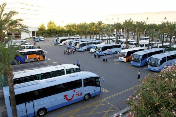Die Touristenbusse an Palmas Flughafen.