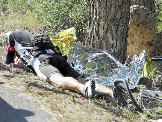 Verzweifelt: Rolf D. kurz nach dem Unfall neben dem Leichnam seiner Frau.