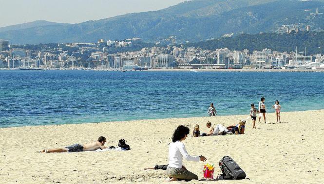 Nach der Zeitumstellung am 25. März nutzten viele den schönen Tag für ein Sonnenbad am Strand.