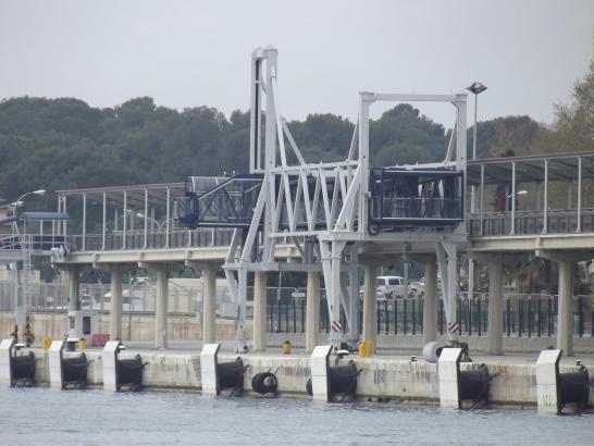 Neu: Moderne Gangways im Hafen von Palma.