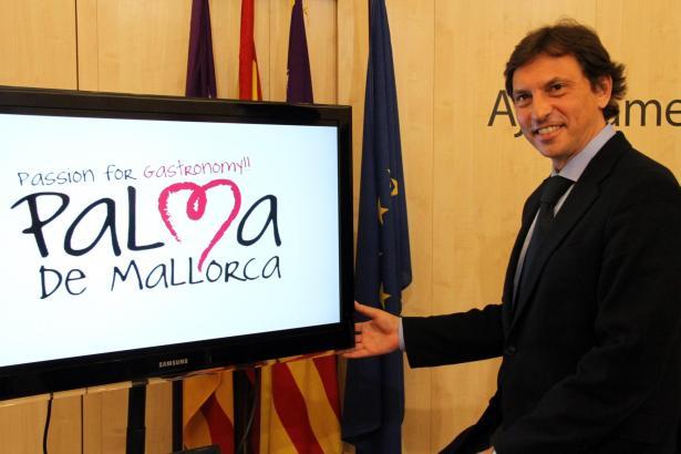 Palmas Oberbürgermeister Mateu Isern präsentiert das neue Logo der Balearen-Metropole.