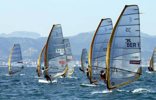 Auch die Surfer starten bei der Regatta in der Bucht von Palma.