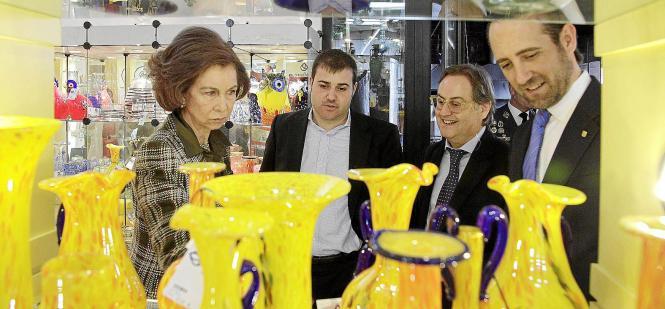 Königin Sofía bei ihrem Besuch der Glasbläserei Lafiore.