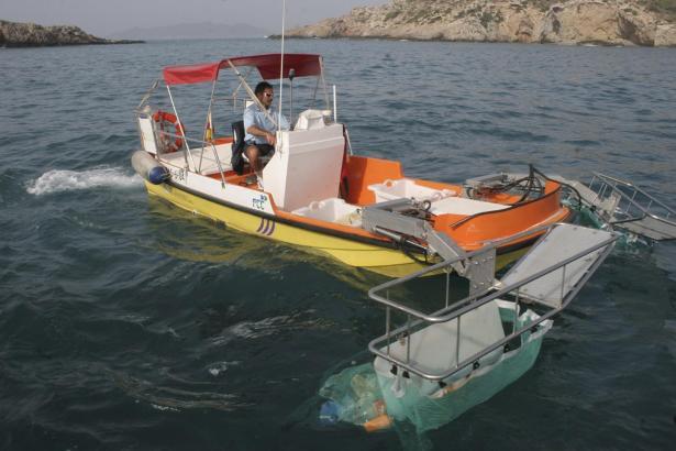 Mit solchen Booten werden die Küstengewässer gereinigt.