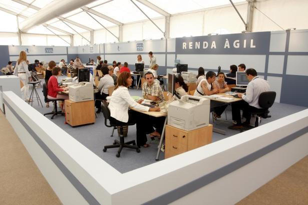 Finanzbeamte und Bankangestellte helfen im Mai und Juni in Palma beim Ausfüllen der Steuererklärung.