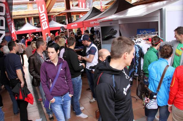 Mehrere hundert Fahrradfreunde sind am Freitagmorgen zur Erföffnung des 2. Sigma Roadbike-Festivals in den Bierkönig an die Play