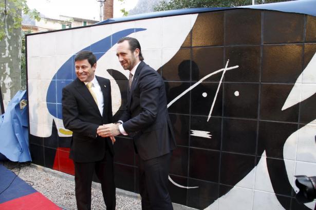 """Das Kunstwerk die """"Schwarze Maja"""" wurde von Ministerpräsident José Ramón Bauzá (r.) sowie Bahn-Chef Oscar Mayol enthüllt."""
