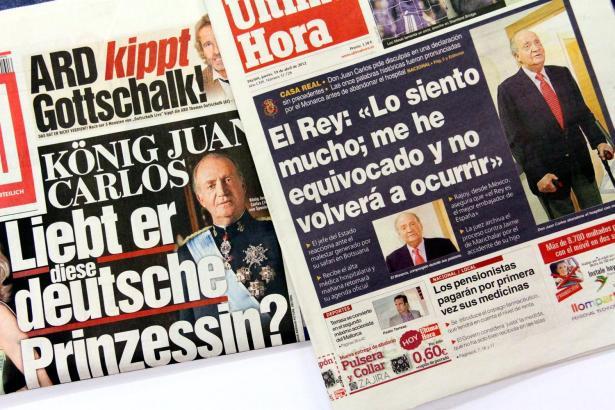 Titelschlagzeilen mit Spaniens König Juan Carlos.