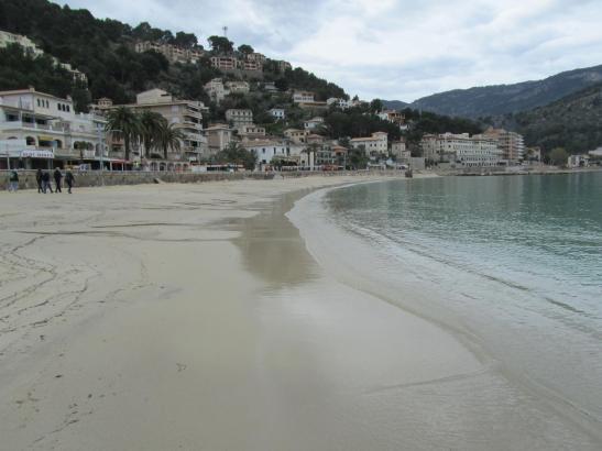 Der neu aufgeschüttete Strand in Port de Sóller.