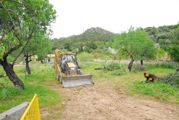 Das Gelände wird für die Nutzung als Parkplatz hergerichtet.