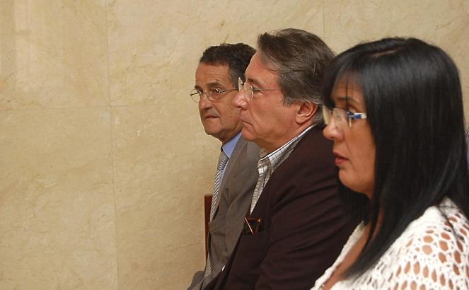 Lluc Tomàs, Joaquin Rabasco und María del Amor Aldao (v.l.) auf der Anklagebank.