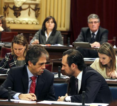 Balearen-Ministerpräsident José Ramón Bauzá (r.) und Bildungsminister Rafael Bosch.