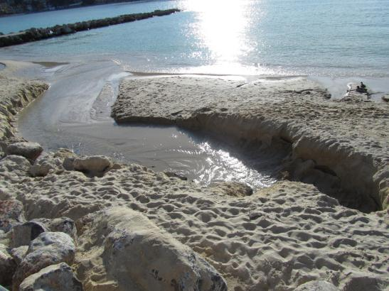 Das Süßwasser spült Teile des neu aufgeschütteten Strandes in die Bucht von Port de Sóller