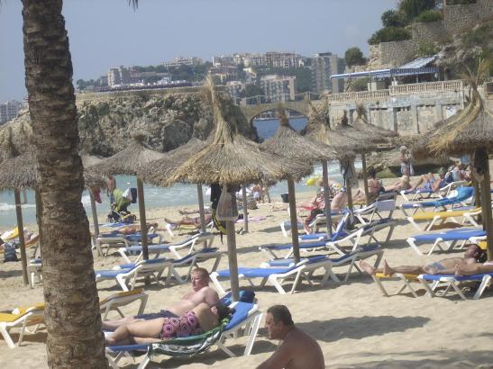 Am Strand von Calamajor kosten Sonnenschirme in Zukunft extra.