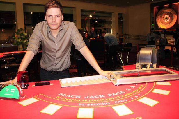 Daniel Brühl am Rande der Dreharbeiten im Casino de Mallorca.