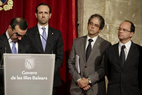 Ministerpräsident José Ramón Bauzá, umgeben von seinen Ministern Josep Ignasi Aguiló, Rafael Bosch und Simó Gornés.