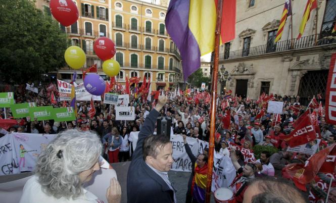 Zentrale Mai-Kundgebung auf dem Rathausplatz in Palma.