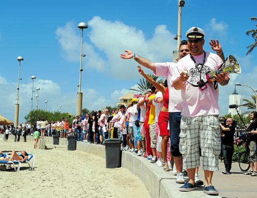 Alle mir nach: DJ Attila führt die Polonäse an der Playa entlang, die Sonnenbadenden stellen sich sicherheitshalber schlafend.