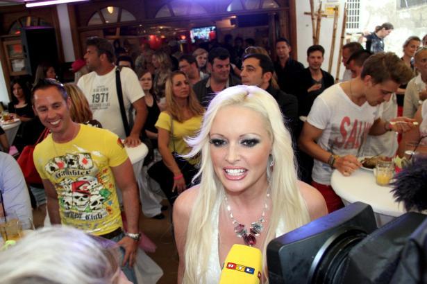 Daniela Katzenberger in ihrem Café in Santa Ponça beim Interview.