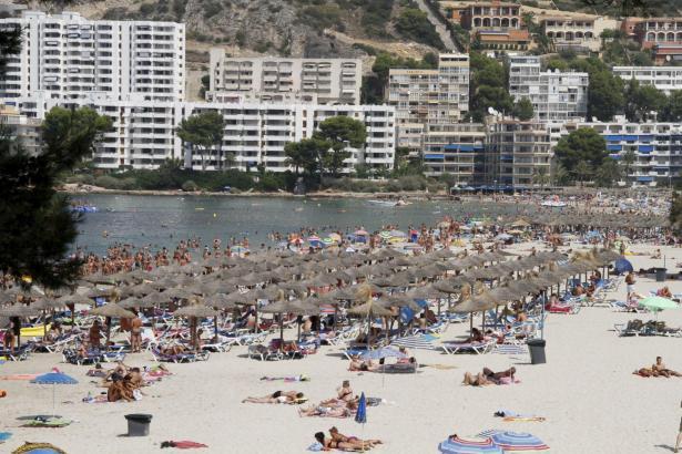 Der Strand von Santa Ponça. Im mittleren Abschnitt befindet sich auch das sogenannte Küstenbüro.