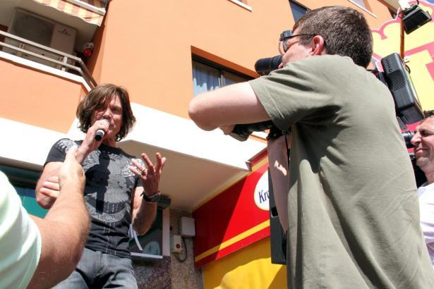 Mehrere Fernsehteams aus Deutschland filmten den Saison-Auftakt im Bistro von Jürgen Drews.