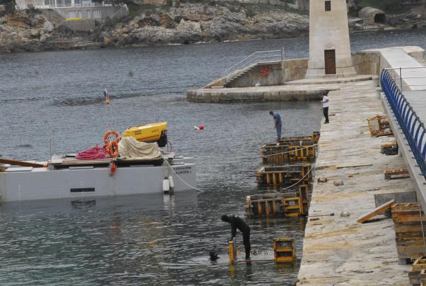 An der Außenmole in Port d'Andratx wird derzeit ein Schwimmsteg installiert.