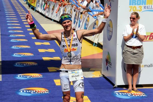 Sieger Michael Raelert beim Zieleinlauf.